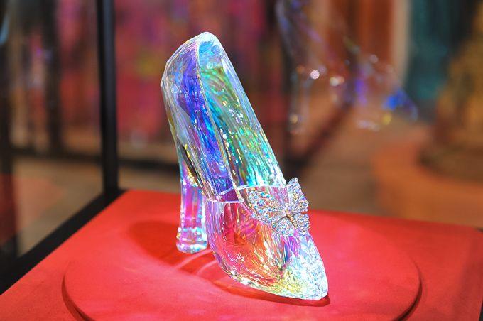 映画『シンデレラ』の衣装やガラスの靴を展示、GWに伊勢丹新宿や銀座三越など全国9店舗で開催 | ニュース - ファッションプレス