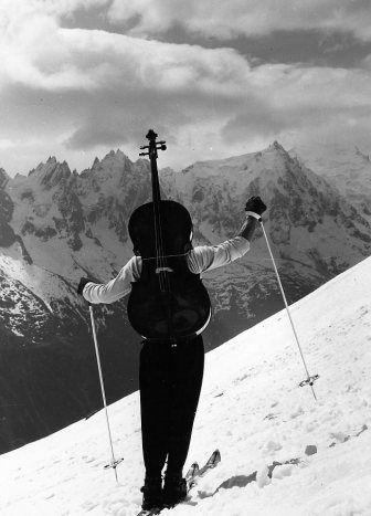 Atelier Robert Doisneau |Galeries virtuelles desphotographies de Doisneau - Musique - Maurice Baquet.   Violoncelle prend deux ailes, Chamonix, 1957