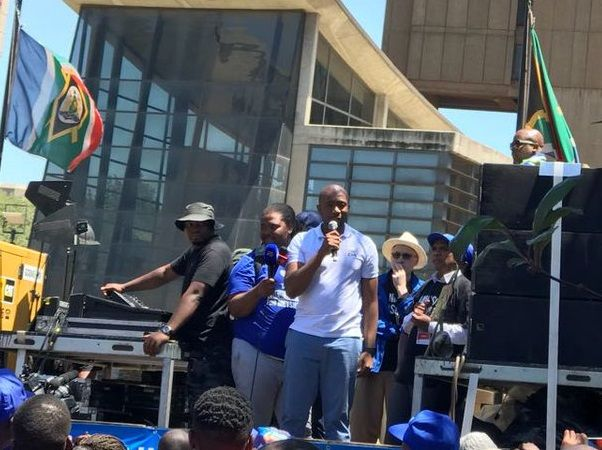"""""""Herman Mashaba will continue to weed out ANC corruption"""" - Mmusi Maimane It's a tale of two cities for the DA, as mayors in both Johannesburg and Port Elizabeth face no confidence motions. Maimane gave Herman Mashaba his backing. https://www.thesouthafrican.com/maimane-backs-herman-mashaba-ahead-of-no-confidence-vote/"""