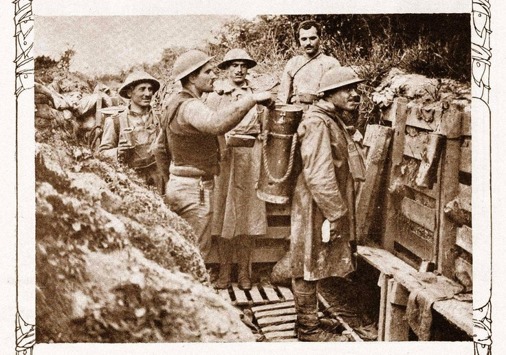 Food distribution to the portuguese troops at the trenches, France, 1917. (CEP)
