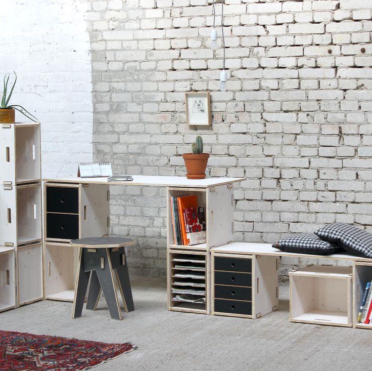 Vier Werkboxen plus ein Holzplatte und fertig ist der Schreibtisch.Alles erhältlich im Werkhaus-Onlineshop.