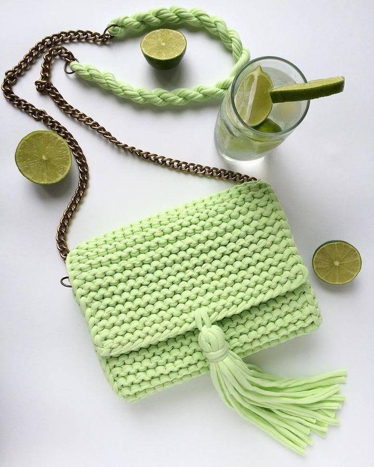 Bolso  tejido a trapillo verde limón pequeño con cadena y botón magnético con lindos accesorios.  by @katerinka_kasyanova  #handmade #diy #cosy #knit #knitting #trapillo #tshirtyarn #crochet #stitch #knittersofinstagram #yarn #crocheting #instacrochet #tejer #ganchillo #yarnaddict #handcraft #knitwear #shopsmall #crochetersofinstagram #Labrigo