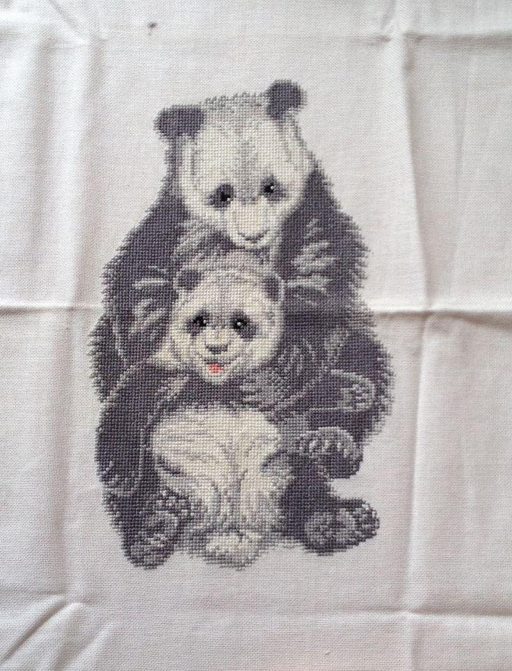 Panda beren geborduurd. Moet nog gewassen en ingelijst worden :-)