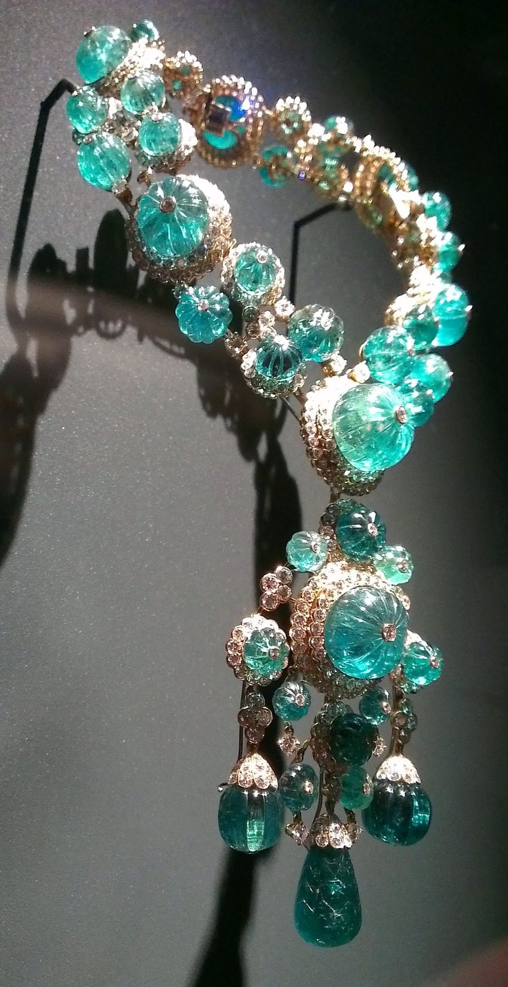 Van Cleef & Arpels Exhibition @ Musee des Arts Decoratifs in Paris! This necklace from 1971 (pretty much all the pieces were vintage) was part of Begum Aga Khan's collection, wife of Prince Karim Aga Khan IV. Made of diamonds and emeralds, this necklace can be transformed into 3 bracelets!