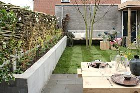 De tuin van Kim en Jan in Zwolle is momenteel een leeg en sfeerloos geheel. Ze hebben geen idee waar ze moeten beginnen met deze grote tuin waarvoor zoveel mogelijkheden zijn. Lodewijk stond op de stoep en wat waren ze verrast!