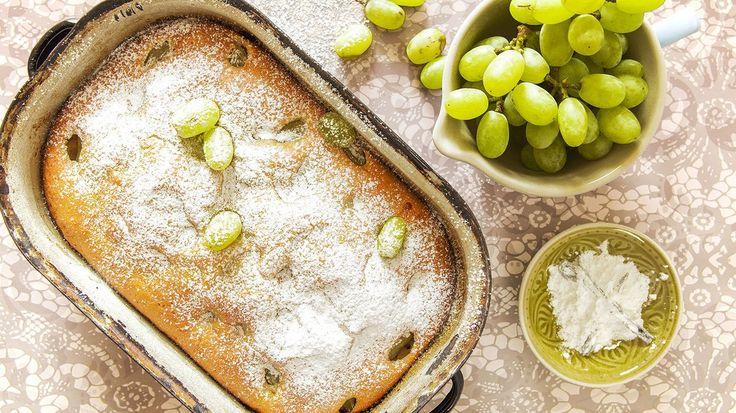 Bublanina je klasika mezi moučníky. Ta nejlepší je samozřejmě třešňová, s vůní léta, ale výtečně chutná i s jinými druhy ovoce. Zkuste tuhle jemnou s hroznovým vínem!