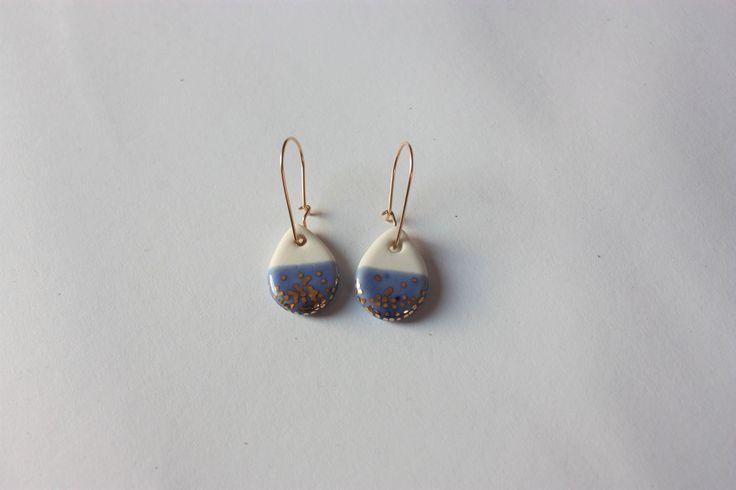 Kleine Weiß Porzellan Hängeohrringe Tropfen Blau mit 18K Gold Luster o. Platin Punkten Gold-filled Silber Haken - Konorgold Keramik Ohrringe von bonbonsetc auf Etsy