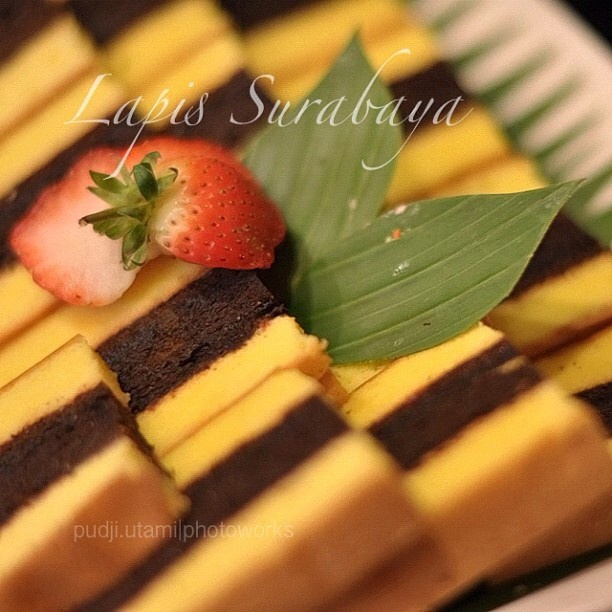 Lapis Surabaya is Indonesian traditional three-layered sponge cake. The texture is very soft as it uses eggs and deeply moist with a delicate sweetness from the thin layer of strawberry jam in between each layer. #food #cake #indonesia #tradional #dessert    ラピス・スラバヤは3レイヤーケーキで、インドネシアの名物ケーキの一つである。各レイヤーの間にストロベリージャムが挟まれている。#ケーキ #デザート #インドネシア