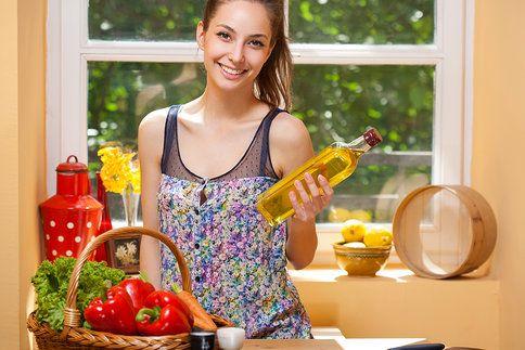 Olivový olej dodá tělu zdravé tuky. Když ho ale přidáte do salátu více, velmi se zvýší kalorická hodnota jídla. Poradíme vám, která ochucovadla mají opačný účinek