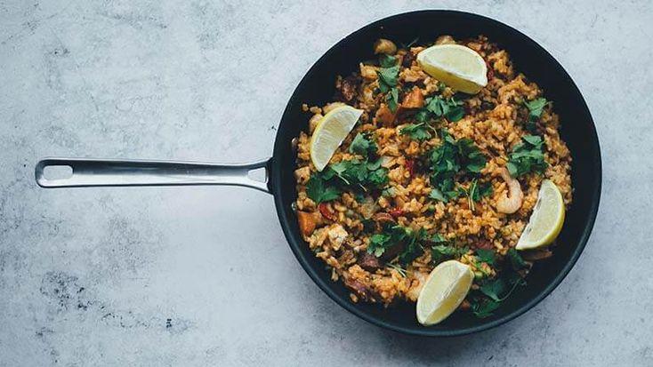 Paella met garnalen, saffraanrijst en fijne kruiden, een simpel recept