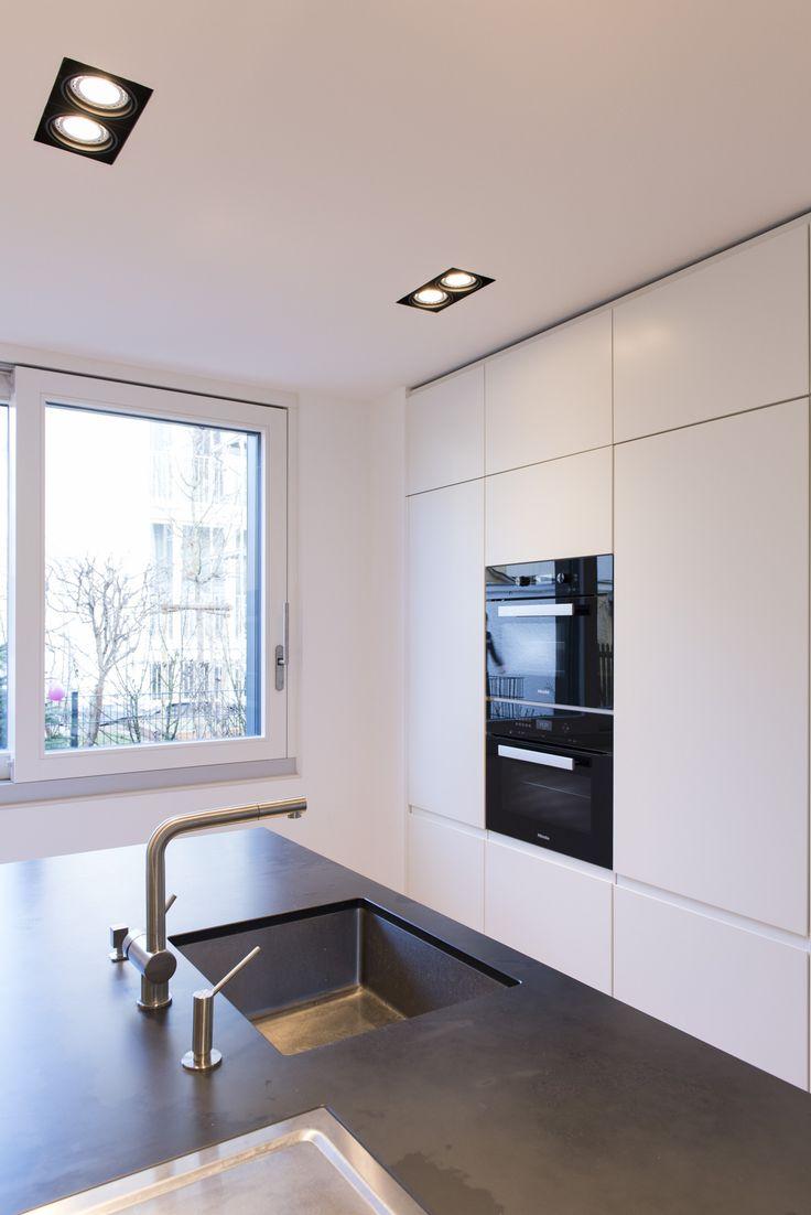 Loft78.com Weiße, Grifflose Küche. Arbeitsplatte Dunkler Schiefer. Get  Inspired, Visit