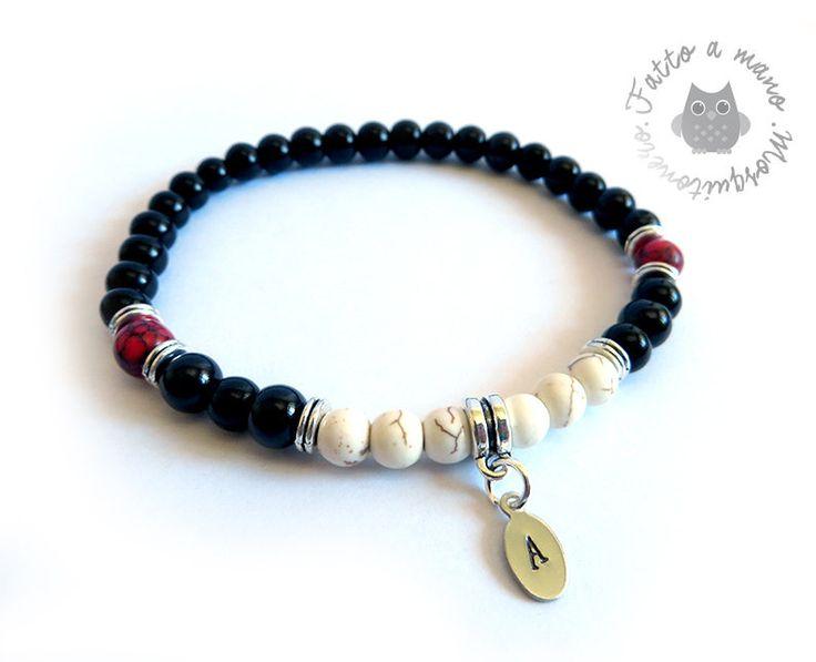 Bracciale con iniziale incisa e perle in pietre dure e vetro nero da 6mm, by Mosquitonero Shop, 9,90 € su misshobby.com