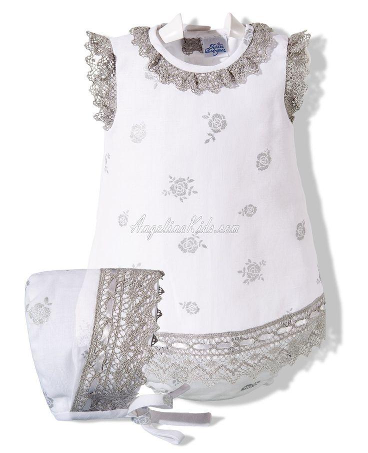 Vestido con capota y ranita en lino blanco