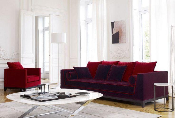 idée déco salon blanc avec un canapé et un fauteuil en rouge foncé et une table basse en marbre et acier