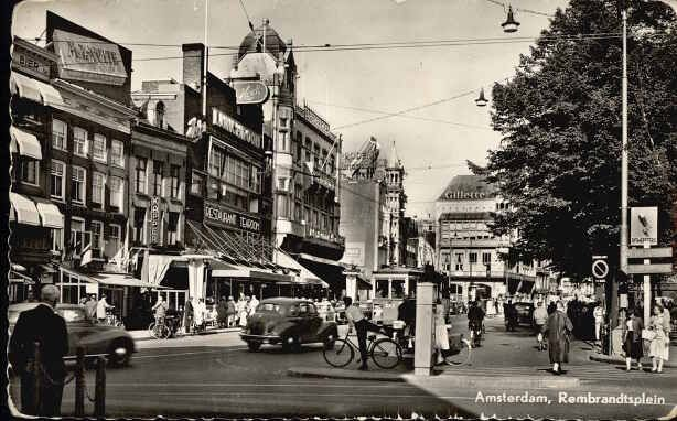 1954. View on the north-side of the Rembrandtplein in Amsterdam. In the center, on the left, Heck's Lunchroom, Café Royal De Kroon and Het Gouden Hoofd. Rembrandtplein is a major square named after the painter Rembrandt van Rijn who owned a house nearby from 1639 to 1656. By the early 20th century, the square developed into a center for nightlife with many cafés and entertainment venues. Photo Galeries Modernes N.V. #amsterdam #1950 #Rembrandtplein