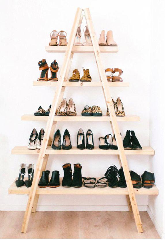 Na busca por soluções econômicas de armazenamento, é sempre necessário um pouco de criatividade. Em vez de comprar um grande armário ou gabinete sem graça, invista em materiais diferentes ou aproveite móveis já existentes (e até deixados de lado) para abrigar os seus calçados.