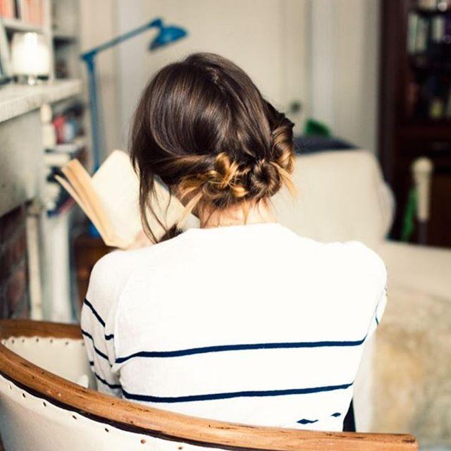 """Adorei esse coque baixo formado por vários """"nozinhos torcidos"""" - ótima ideia para cabelos mais curtos que não fazem aquele coque gordo {by @joannagoddard} #ddbinspira"""