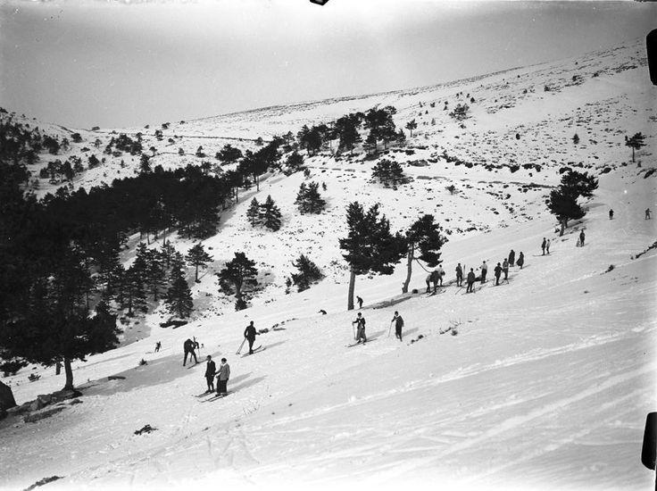 Esquiadores en Navacerrada, Madrid. Archivo Wunderlich.
