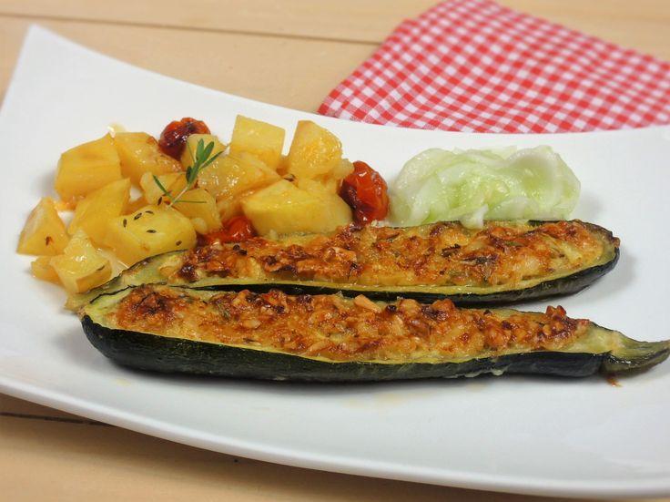 Výtečný, jemný vegetariánský a bezlepkový pokrm z jednoho hrnce připravený z cukety naplněné měkkým zrajícím sýrem, pečených brambor a rajčátek.