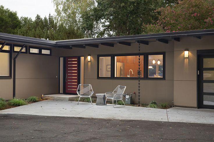 14 viviendas modernas que utilice las cadenas de lluvia para desviar la cadena de Agua // Esta lluvia tiene mini-cubos en él que se desbordan entre sí como la lluvia cae, y guía el agua en el pequeño jardín de la cama.