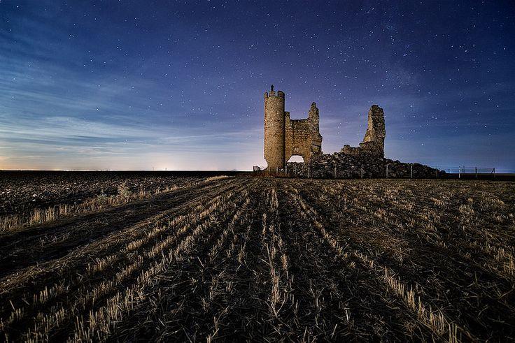 CASTLES OF SPAIN - Castillo de Caudilla, Toledo, también conocido como castillo de Rivadeneyra fue construido en el siglo XV (1449-1450) por Hernando de Rivadeneira, mariscal de Castilla. En los revueltos tiempos de Juan II permaneció fiel al rey, enfrentándose a las huestes de Don Álvaro de Luna. De este castillo partió Enrique IV con cien caballeros para someter a la ciudad de Toledo, que era partidaria del infante Don Alfonso.