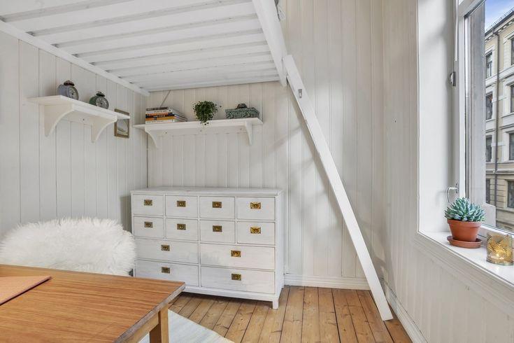 Praktisk hems/seng på soverommet gir gode lagringsmuligheter