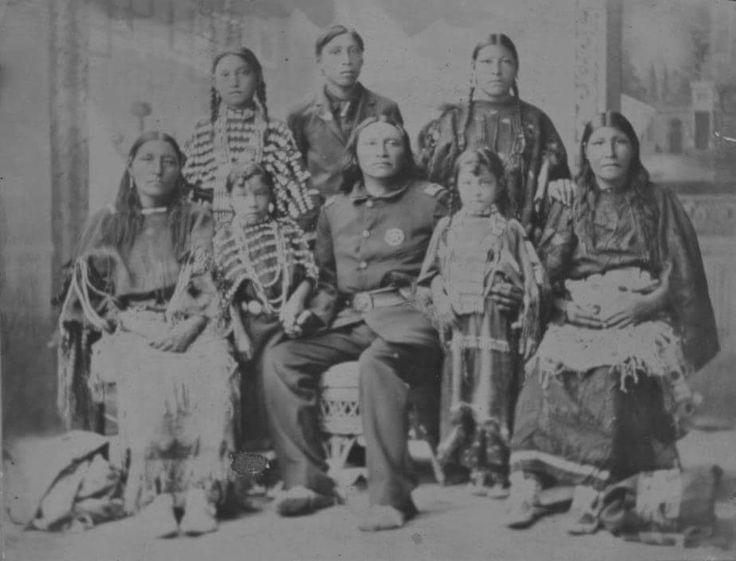 Черный Койот, арапахо, три его жены-шайенки и их четверо детей. 1885