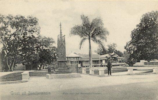 Plein voor het Residentie kantoor in Bandjermasin 1880-1920.