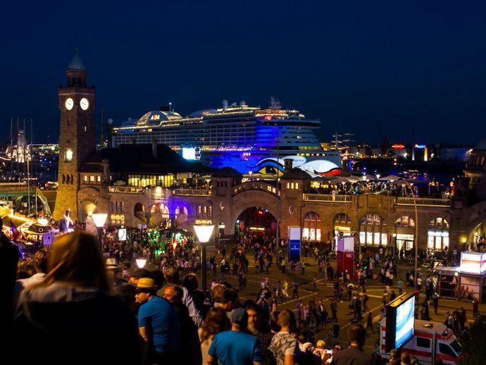 Hafengeburtstag Hamburg 2016: Taufe AIDA Prima und Feuerwerk