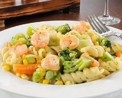 Salade de pâtes aux crevettes à l'ail et aux légumes : http://www.cuisineaz.com/recettes/salade-de-pates-aux-crevettes-a-l-ail-et-aux-legumes-84473.aspx