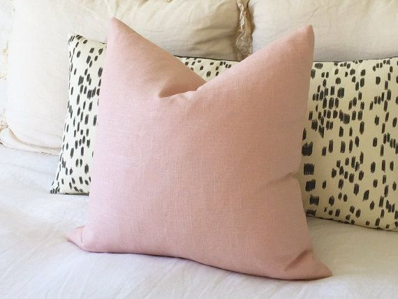 100% linnen kussensloop in Blush linnen. De perfecte schaduw van blush / licht roze / roze kwarts  Blozen linnen aan beide zijden  Rits behuizing