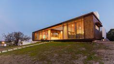 """Hormigón y metal oxidado para una casa cordobesa que """"levita"""" sobre la tierra"""