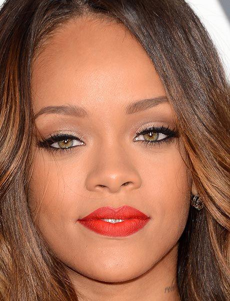 Rihanna foi de vermelho da cabeça aos pés! O batom não poderia ser outro né? A escolha foi um tom aberto com textura sequinha; nos olhos, sombra pérola, para iluminar, e delineador preto. Diva! #CaprichaNoMake
