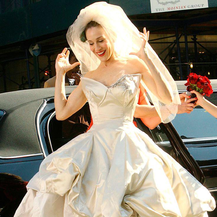 Novias de película : ELLE    Carrie Bradshaw en Sex & The City No sabemos qué nos gustó más, si el espectacular vestido de aire retro diseñado por Vivienne Westwood o ese tocado de plumas que se encargó de darle un giro por completo al típico look de novia.