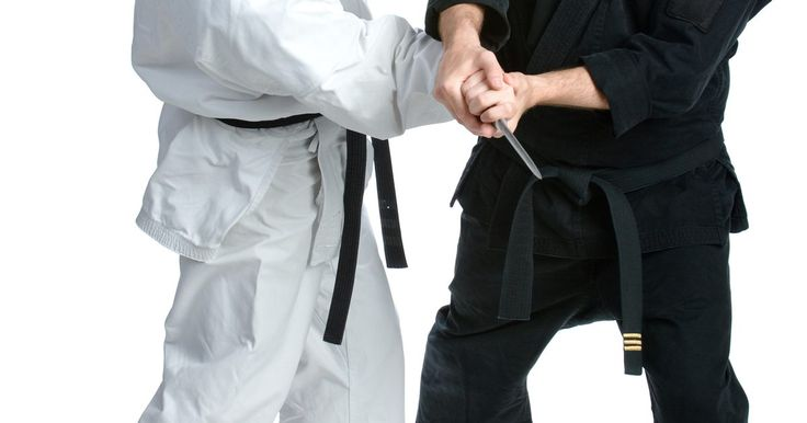 Como atingir os pontos de pressão do corpo humano. Os pontos de pressão do corpo podem ser manipulados para o prazer e a liberação de músculos doloridos, como a massagem terapêutica, ou para infligir dor, como em artes marciais e defesa pessoal. Atingir um ponto de pressão é usado em algumas manobras de artes marciais e defesa pessoal. Dependendo do tipo do ponto de pressão, há maneiras diferentes ...