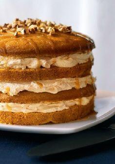 Exquisito pastel de calabaza en cuatro capas- Primero un pay y ahora esto: un pastel con nueces, caramelo y queso crema hace que los postres de calabaza sean de los mejores.