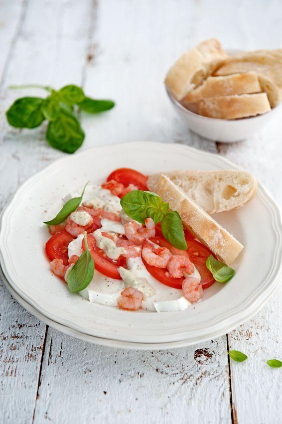 Een salade caprese met garnalen. Garnalen passen perfect bij dit traditionele gerecht. Nóg lekkerder met avocado erbij.