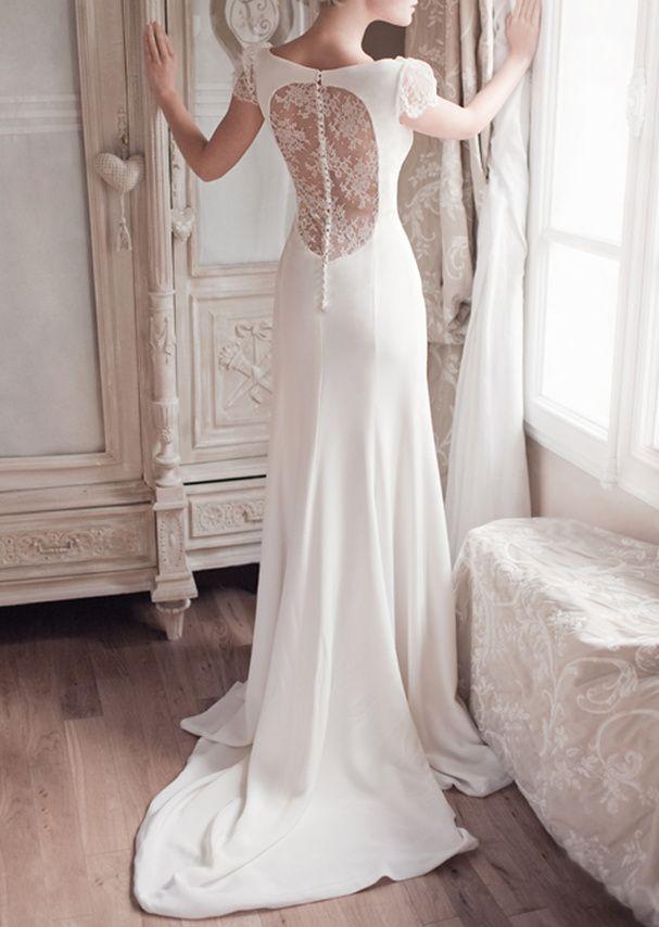 Une robe de mariée années 40  Robe de mariée en dentelle et soie boutonnée dans le dos, Fabienne Alagama, prix sur demande.