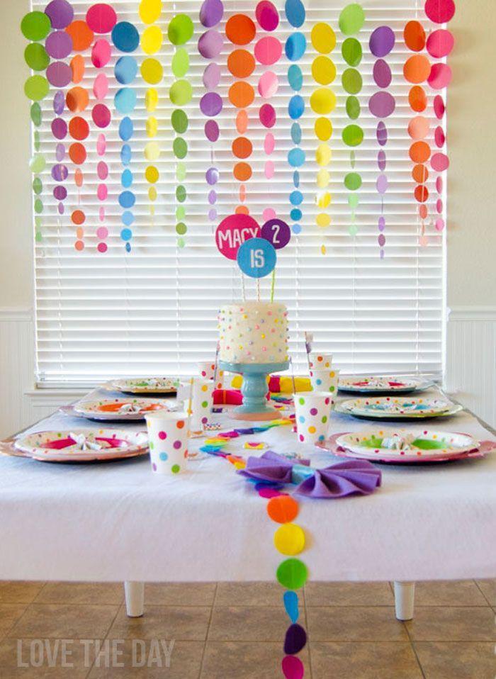 Una cortina de punticos para decorar el fondo de una mesa de postres. #FiestaInfantil