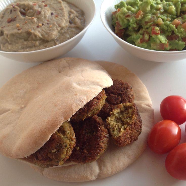 Pita med falafel, babaganoush og avocado- tomatsalsa