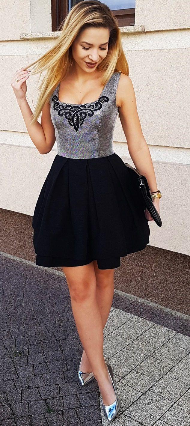 Rozkloszowana mini sukienka z haftem