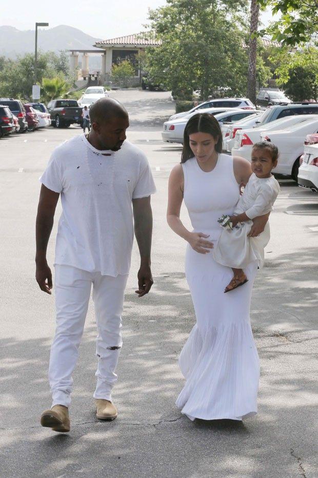 Com todos de branco, clã Kardashian vai em peso à igreja no domingo de Páscoa