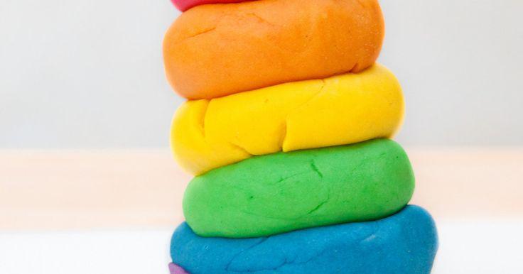 Voor boetseerklei hoef je helemaal niet naar de speelgoedwinkel. Laat die dure potjes in allerlei kleuren gerust op het rek staan, want in je eigen keuken vind je alles wat je nodig hebt voor een hele berg speelplezier.