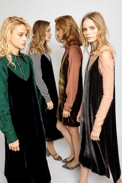 Как носить бархатное платье? Лукбук Rehabshop показал, как делать это правильно | Журнал Cosmopolitan