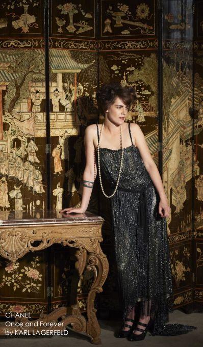 CHANEL - PARIS-ROME - Collezione Métiers d'Art 2015/16Sarà Roma a fare da sfondo alla nuova collezione Chanel Paris-Rome Métiers d'Art 2015/16 con una sfilata esclusiva che avrà luogo il prossimo 1° Dicembre, nel mitico tempio della cinematografia capitolina, gli studi di Cinecittà. Karl Lagerfeld anticiperà l'atteso evento con la presentazione del suo nuovo corto, realizzato a Parigi, dal titolo Once and Forever con protagoniste Kristen Stewart, per la prima volta nei panni di una giovane…