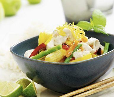 Asiatisk kyckling med lime | En härlig kycklingrätt med lime, inspirerad av det ljuvliga asiatiska köket. Kokosmjölken ger en mjuk smak och kontrasterar fint mot limen. Ett tips är att byta ut limen mot en kruka färska örter som variation.