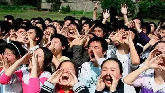 Большинство китайцев громко разговаривает. Это никак не связано с манерами, просто при огромном населении даже в провинциальных городах высок уровень шума. Из-за этого даже к тихой комнате китайцы беседуют «на повышенных тонах».