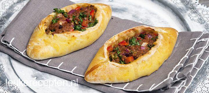 Turkse pide (broodjes gevuld met een pittig gehaktmengsel)