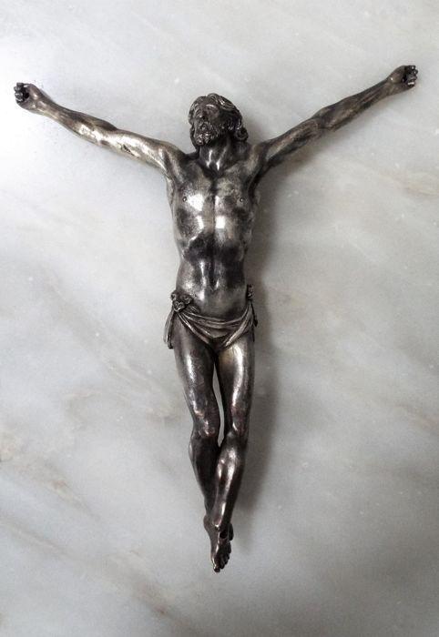 Een uitstekende verzilverd koper figuur van Christus gekruisigd. Italië 2e helft van de 17e eeuw na Christus.  Is deze zeldzaam en prachtig gerenderde afbeelding van de Christus gekruisigd verzilverd koperen op de veiling. Het is een zeer ongewone voorstelling met de figuur gedeeltelijk naakt op de rug...Zware en grote stuk met 25cm hoog x 21cm breedte. Verzilverd koper is rerely te vinden in deze objecten.Exquisite detail!Tweede helft van de 17e eeuw na Christus. Komt uit een oude Spaanse…