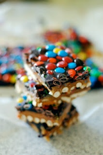 DIY: Holiday Pretzel Bark - pretzels, caramel, chocolate & m & m: Chocolates Caramel, Pretzels Chocolates, Chocolates Pretzels, Chocolates Bark, Holidays Ideas, Candy Bark, Pretzels Bark, Food Drinks, Delicious Food